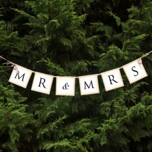 bruiloft-decoratie-mr-mrs-letter-banner-met-strikjes