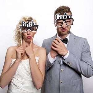 bruiloft-decoratie-photobooth-probs-bride-groom-glasses