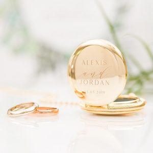 ringhouder-met-ketting-modern-couple-goud-gepersonaliseerd