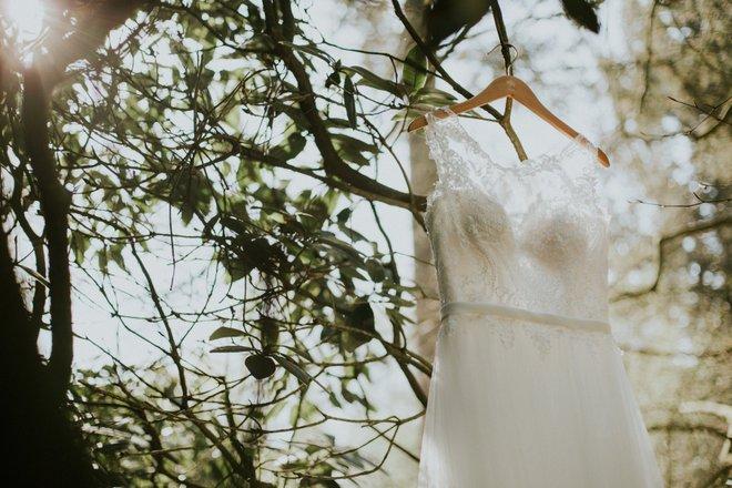 bruiloft-decoratie-kledinghanger