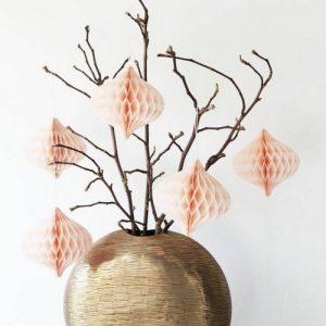 bruiloft-decoratie-honeycomb-ornamenten-poederroze-2