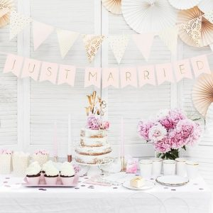 bruiloft-decoratie-slinger-just-married-powder-pink-3