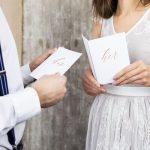 bruiloft-decoratie-geloftenboekjes-wit