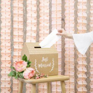 bruiloft-decoratie-crepe-slinger-peach-004