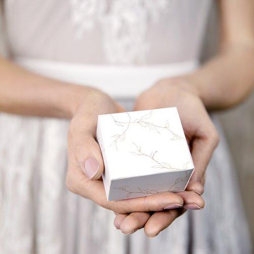 bruiloft-decoratie-bedankdoosjes-twigs-white-gold-7
