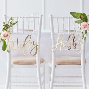 bruiloft-decoratie-chairsigns-hubby-wifey-gold-wedding (1)