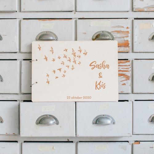 bruiloft-decoratie-gastenboek-hout-birds-gepersonaliseerd