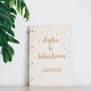 bruiloft-decoratie-gastenboek-hout-confetti-gepersonaliseerd