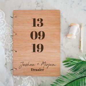 bruiloft-decoratie-gastenboek-hout-datum-gepersonaliseerd