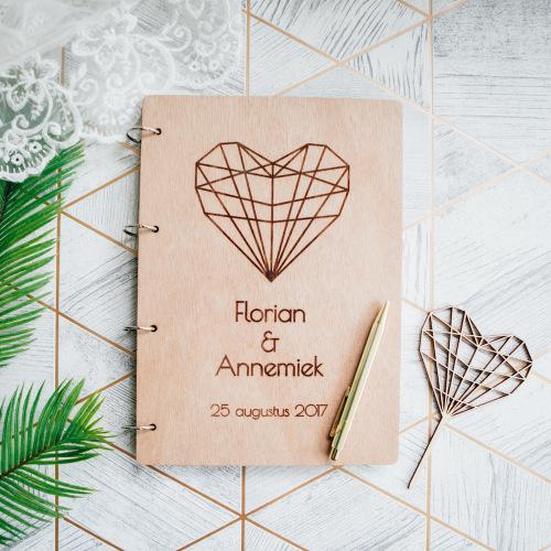 bruiloft-decoratie-gastenboek-hout-hart-gepersonaliseerd