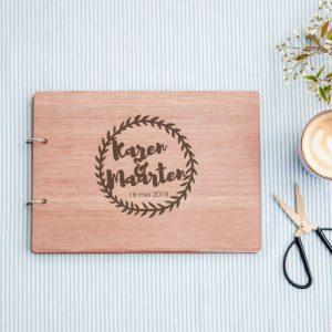 bruiloft-decoratie-gastenboek-hout-krans-gepersonaliseerd