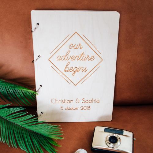bruiloft-decoratie-gastenboek-hout-our-adventure-gepersonaliseerd-2