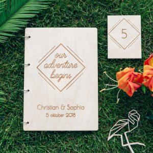 bruiloft-decoratie-gastenboek-hout-our-adventure-gepersonaliseerd