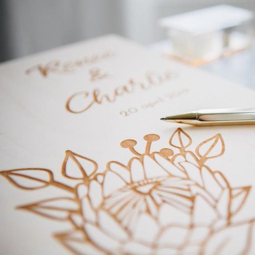 bruiloft-decoratie-gastenboek-hout-protea-gepersonaliseerd-2