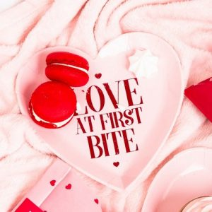 bruiloft-decoratie-papieren-bordjes-love-at-first-bite-be-my-valentine-2