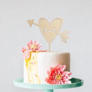 bruiloft-decoratie-taarttopper-hart-met-pijl-gepersonaliseerd