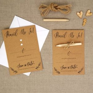 bruiloft-decoratie-save-the-date-kaarten-cencil-us-in-hearts-krafts