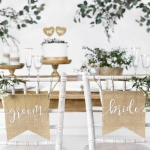 bruiloft-decoratie-juten-chairsigns-bride-groom-italian-vineyard-2