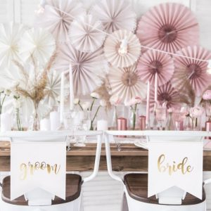 bruiloft-decoratie-chairsigns-bride-groom-white-gold-2