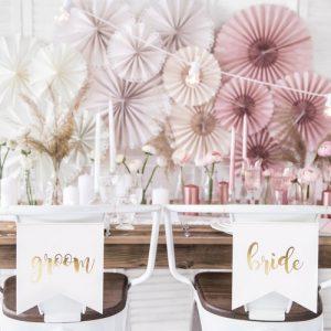 bruiloft-decoratie-chairsigns-bride-groom-white-gold-2