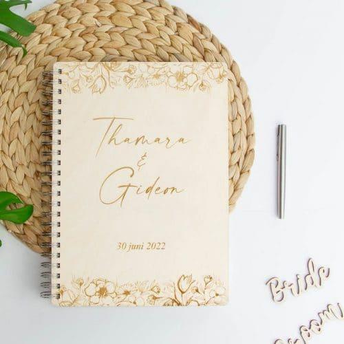bruiloft-decoratie-houten-gastenboek-bloemen