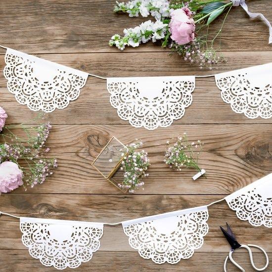 bruiloft-decoratie-slinger-white-doily-7