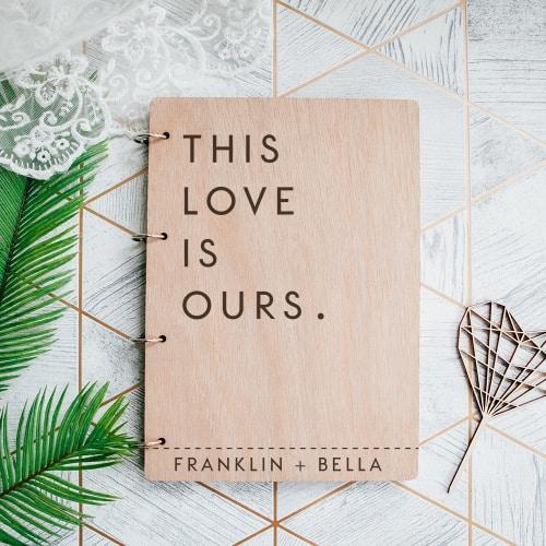 gepersonaliseerd-gastenboek-hout-this-love-is-ours-gepersonaliseerd