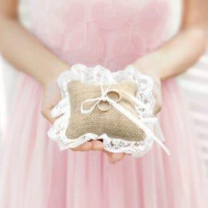 bruiloft-decoratie-ringkussen-jute-kant-3