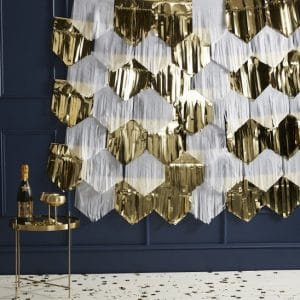 bruiloft-decoratie-backdrop-gold-white-tassel-pop-the-bubbly.jpg