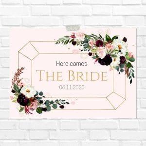bruiloft-decoratie-blad-here-comes-the-bride-burgundy-rose-eng