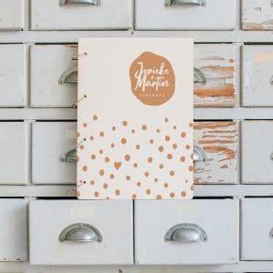 bruiloft-decoratie-gastenboek-hout-stippen-gepersonaliseerd