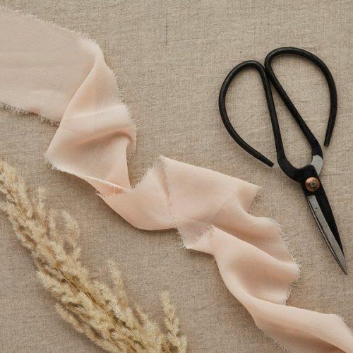 bruiloft-decoratie-chiffon-lint-blush-diy-wedding