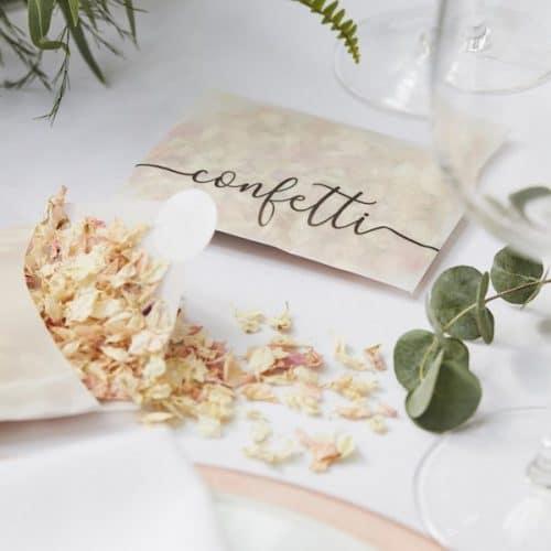 bruiloft-decoratie-gedroogde-rozenblaadjes-in-envelop-botanical-wedding-2