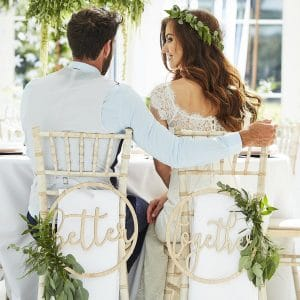 bruiloft-decoratie-houten-kransen-better-together-botanical-wedding-2