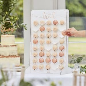 bruiloft-decoratie-macaron-wall-botanical-wedding-2