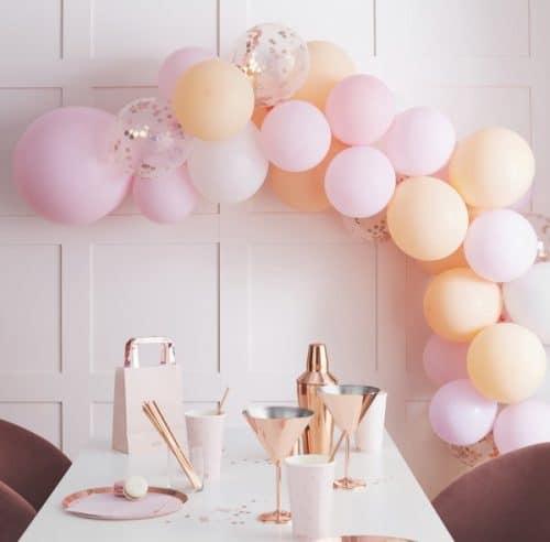 vrijgezellenfeest-versiering-ballonnenboog-blush-hen-2
