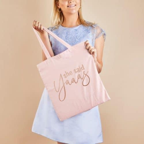 vrijgezellenfeest-versiering-linnen-tasje-she-said-yaaas-3