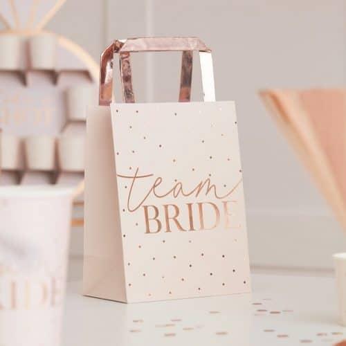vrijgezellenfeest-versiering-papieren-tasjes-blush-hen-2