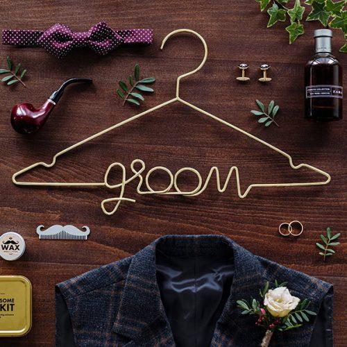 bruiloft-decoratie-kledinghanger-groom-goud-2