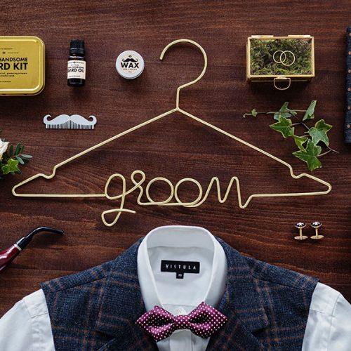 bruiloft-decoratie-kledinghanger-groom-goud