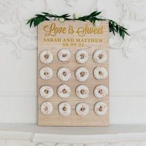 bruiloft-decoratie-houten-donut-wall-love-is-sweet-gepersonaliseerd-2