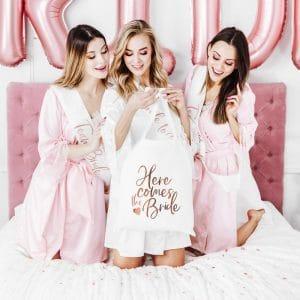 bruiloft-decoratie-linnen-tasje-here-comes-the-bride-white-and-rose-gold-2