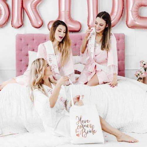 bruiloft-decoratie-linnen-tasje-here-comes-the-bride-white-and-rose-gold-3