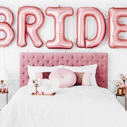bruiloft-decoratie-linnen-tasje-here-comes-the-bride-white-and-rose-gold-4