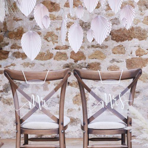 bruiloft-decoratie-acryl-chair-signs-mr-mrs-a-touch-of-pampas