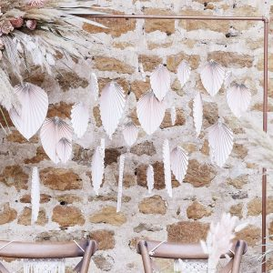 bruiloft-decoratie-backdrop-palm-leaf-fans-blush-a-touch-of-pampas
