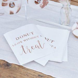bruiloft-decoratie-bedankzakjes-donut-leave-with-out-a-treat-a-touch-of-pampas