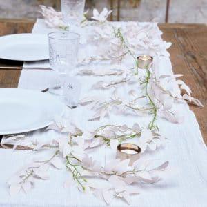 bruiloft-decoratie-bloemenslinger-pink-ruscus-a-touch-of-pampas