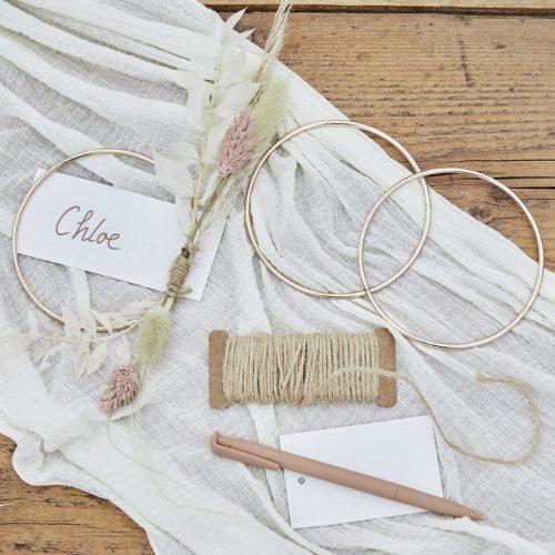 bruiloft-decoratie-plaatskaarthouders-rose-gold-metal-hoop-a-touch-of-pampas-3