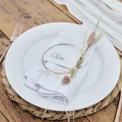 bruiloft-decoratie-plaatskaarthouders-rose-gold-metal-hoop-a-touch-of-pampas
